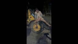 sNakedgirl - Baustellenbewässerung am Radlader